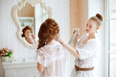 Hair stylist makes the bride on the wedding day — 图库照片