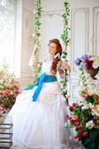 Beauty bride in a luxurious interior with flowers — Stok fotoğraf