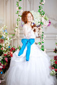 Beauty bride in a luxurious interior with flowers — ストック写真