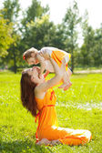 Beauty Mom and baby outdoors. Happy family playing in nature. Mo — Stock Photo