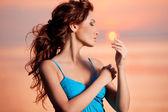 Mulher feliz desfrutando no pôr do sol do mar. — Fotografia Stock