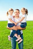šťastná rodina společně ve venkovním parku na slunečný den. táta a dvě — Stock fotografie