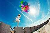 Mulher feliz aniversário contra o céu com ba ar cor de arco-íris — Foto Stock
