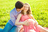 Young healthy beauty pregnant woman with her husband and balloon — Foto Stock