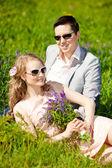 Feliz casal adulto jovem apaixonado no campo. dois, homem e mulher — Fotografia Stock