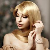 Beautiful fashionable young woman with luxurious hair. Beautiful — Stock Photo