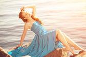 豪华时尚女人用手对海滩上的气球 — 图库照片