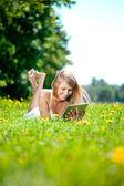Bella donna sorridente con tablet pc, all'aperto. bella youn — Foto Stock