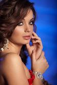 роскошный молодая женщина в дорогой интерьер. девушка с безупречной мак — Стоковое фото