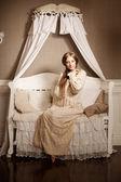 ヴィンテージのドレスで美しい若い女の子です。穏やかなきれいな女性、c — ストック写真