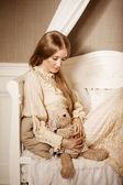 Красивая молодая девушка в ретро платье. нежная красотка — Стоковое фото
