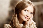 Hermosa joven con vestido vintage. mujer bonita amable el c — Foto de Stock