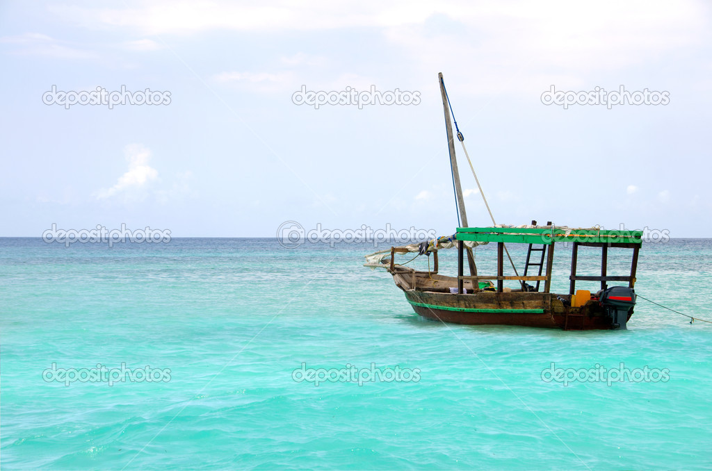 Wooden boat floating on the turquoise sea against blue sky — Stock Photo #15652093