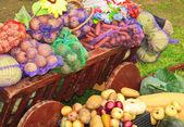 Raccolto di ortaggi in un carrello — Foto Stock