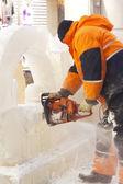 Werknemer kerft cijfers uit ijs — Stockfoto