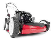 Kırmızı çim biçme makinesi — Stok fotoğraf