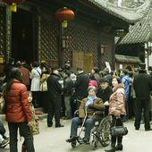 Crowded waiting in line to enter a temple — Stock Photo
