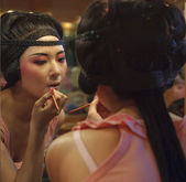 Pretty opera actress painting face at backstage — Stock Photo