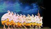 Kinesiska etniska dansare yi nationalitet — Stockfoto