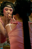 Chinese opera actress painting face at backstage — Stock Photo