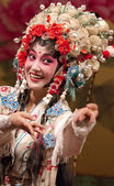 Pretty chinese opera actress performs on stage — Stock Photo