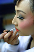 Chinese opera actress is painting her face backstage — Stockfoto