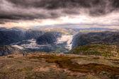 Touristenpaar in bergen — Stockfoto
