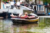 Barco con reclinando a hombre — Foto de Stock