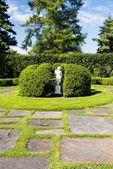 White statue in garden — Stockfoto