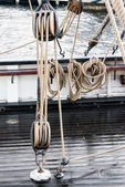Close-up of wooden tools and ropes of a boat — Stock Photo