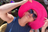 Woman in red hat and sunglasses — Stock Photo