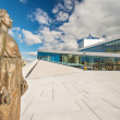 Foto Stock: Statue and Oslo Opera