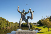 Vigeland park statues man and girl — Stock Photo