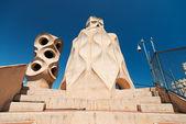 Casa mila s komíny ve tvaru antropomorfní vojáci vytvořili — Stock fotografie