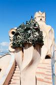 Schornstein an casa mila dach spanien — Stockfoto