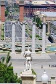 Montjuic columnas y una fuente en la plaza de españa en barcelona sp — Foto de Stock