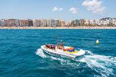 Parasailen boot met toeristen in lloret de mar spanje — Stockfoto