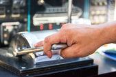 капитан руку throtling моторная лодка — Стоковое фото