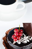 Chocolate cake with redcurrants — Stock Photo