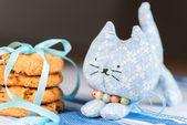 Domowe zabawka kota i cookie płytkich dof — Zdjęcie stockowe