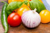 Färska grönsaker på tabellen vågrätt — Stockfoto