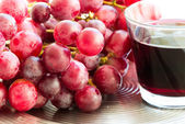 Juice and grapes — Stock Photo