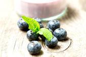 在木桌上的蓝莓 — 图库照片