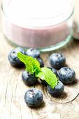 垂直的木桌上的蓝莓 — 图库照片