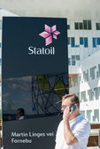 Man calling on phone at front of Statoil Office — Foto Stock