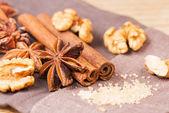 Anice stellato, noce, zucchero di canna con la cannella — Foto Stock