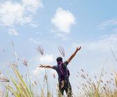 Hombre levantó sus manos — Foto de Stock