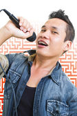 Man singing into a microphone — Stockfoto