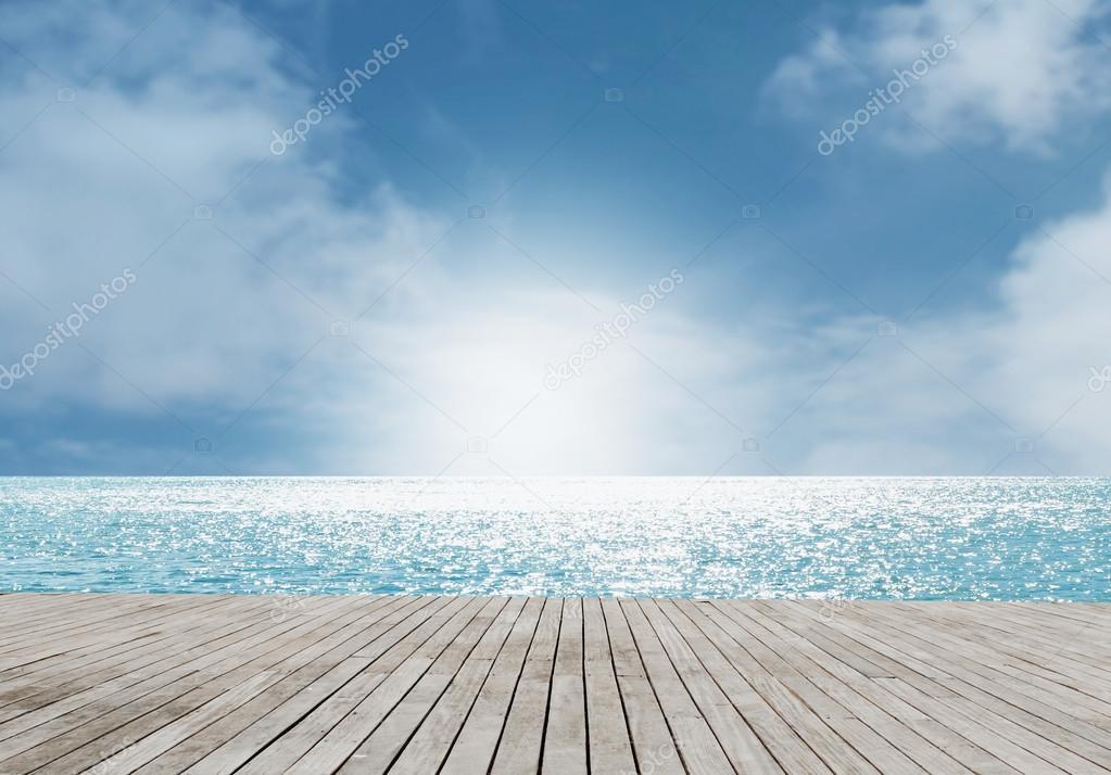 与木地板, 戏剧性看海滩场景– 图库图片
