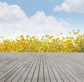Fondo de madera con flores — Foto de Stock
